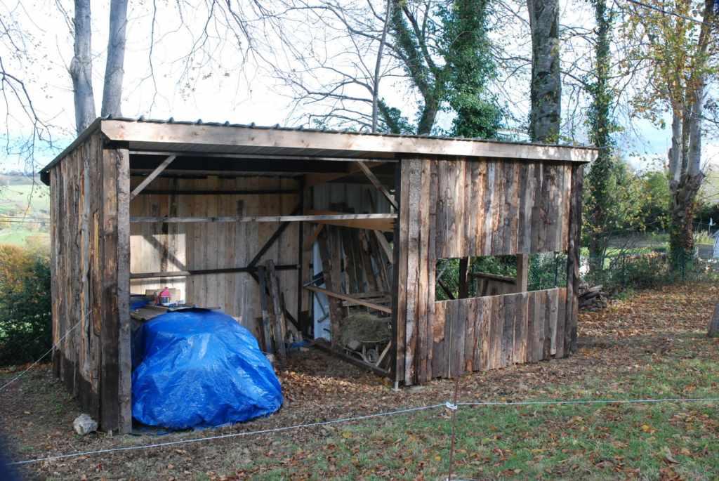 fabriquer une cabane pour un ane. Black Bedroom Furniture Sets. Home Design Ideas